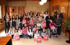 El alcalde entrega las monas a las niñas que se llaman Tecla