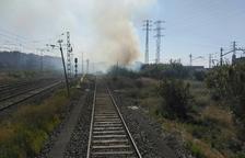 Un incendi en unes canyes a prop de les vies causa retards de mitja hora a Rodalies
