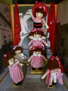 La nina Tecleta torna a l'estand de les Festes preparada per anar a l'escola