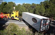 Un camió bolca a la N-340 i obliga a obrir l'AP-7 per desviar el trànsit