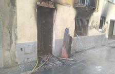 Un foc crema la primera planta d'una casa deshabitada a Valls