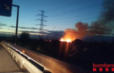 Un incendi crema matolls i canyes al polígon Mas Sunyer de Reus