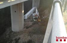 Rescaten un camioner atrapat en el vehicle després de caure d'un pont de 20 metres