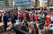 L'alcalde de Calafell torna a treure el sofà al carrer per atendre les peticions dels ciutadans