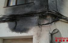 S'incendia el cablejat elèctric d'una façana de l'Ametlla de Mar