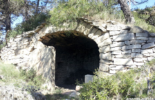Troben una estela funerària medieval en una construcció privada il·legal