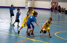 Els escolars més petits gaudeixen del bàsquet