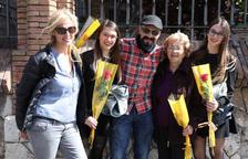 El Sant Jordi dominical omple la Rambla Nova de compradors de roses i de llibres