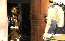 Un home cala foc a casa seva al barri antic de Valls