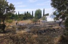 Un incendi crema matolls a prop del cementiri de la Canonja