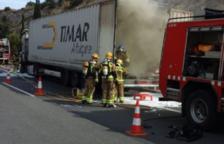 La cabina d'un camió crema totalment a Cunit i obliga a tallar la C-32