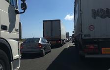 Un ferit en accident entre un camió i una moto a l'A-7 a Mont-roig