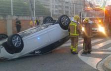 Un cotxe bolca després de xocar contra un fanal al Vendrell