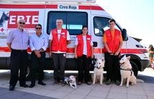 La unitat canina ERIE mostra la seva tasca a la platja Llarga de Roda de Berà