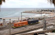 La segona peça de la passarel·la del passeig marítim de Tarragona ja és a lloc