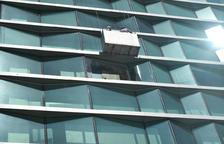 El Corte Inglés fa caure de manera controlada un vidre exterior de la façana