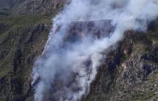 L'incendi de Tivenys segueix actiu i ja ha cremat 80 hectàrees de vegetació forestal