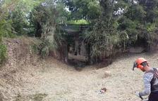 L'ACA retira la vegetació acumulada en un tram d'un torrent de Valls