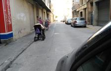 Els veïns lamenten el deteriorament de les voreres al carrer Alt de Sant Pere