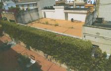 Un jardí al terrat d'un edifici provoca que caiguin parts de façana al carrer