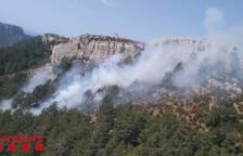Un incendi crema a Roquetes en una zona inaccessible pels camions de bombers