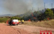 Un incendi ha cremat al costat de les vies del tren a l'Espluga de Francolí