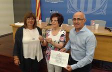 Herminia Garcia rep el primer document que acredita l'anul·lació del judici que el franquisme va fer al seu pare