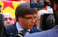 Valls aplaudeix a Puigdemont durant la visita a El Vallenc