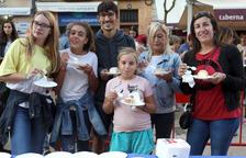 El pastís del Braç de Santa Tecla aplega centenars de persones a la Plaça de la Font