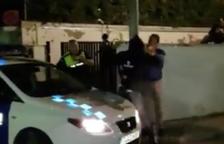 Tensió entre agents de la Guàrdia Civil i joves que penjaven cartells al mur de la caserna de Valls