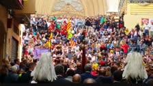 La plaça de les Cols rep les autoritats amb crits de «votarem»