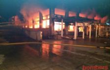 Un incendi crema un basar a Cunit i obliga a desallotjar els veïns dels voltants