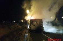 Crema el remolc d'un camió a l'AP-7 a Banyeres del Penedès