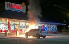 Un cotxe crema a l'àrea de servei del Mèdol