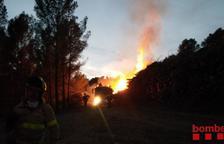 Un montón de troncos se queman en Fontscaldes