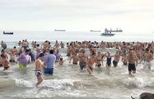 Nova cita amb el bany de l'hivern a la platja del Miracle