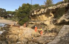 Trituren les dues roques que havien caigut a la platja d'Altafulla abans de l'estiu