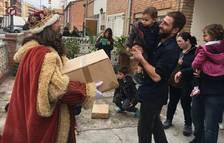 Els Reis Mags reparteixen els regals a Cambrils