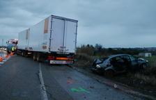 Un camió fa la tisora i s'emporta tres vides per davant