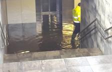 Usuaris de l'estació de Sant Vicenç de Calders es queixen del caos provocat per la inundació del pas soterrani