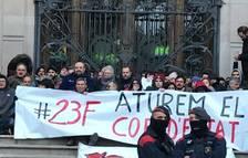 Los Mossos desalojan decenas de activistas de los CDR que han bloqueado la puerta del TSJC