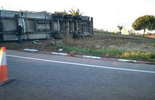Un camió bolca en una rotonda de Torredembarra després de xocar amb una furgoneta