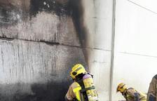 Crema una pila de palets en una empresa del polígon de l'Aldea