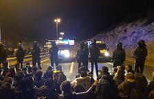 Un grupo de manifestantes corta la carretera de circunvalación en Tarragona