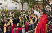 Palmes i rams de llorer miren amunt en l'inici de la Setmana Santa a Reus