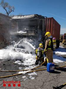 Un camión cargado de ácido se incendia en l'N-420 en Caseres