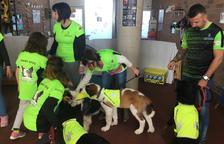 Agents cívics voluntaris fan campanya per la recollida d'excrements de gossos a Calafell
