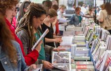 Los libros del 1 de octubre y el color amarillo marcan la festividad en el Mercadal