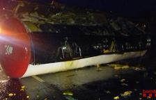 Dos ferits en un xoc a Alcanar entre un cotxe i un camió que ha vessat la càrrega d'oli vegetal que duia
