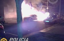 Un incendi en uns contenidors crema per complet un cotxe